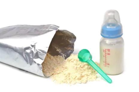 挑選奶粉時,新手爸媽還要注意奶粉的質感