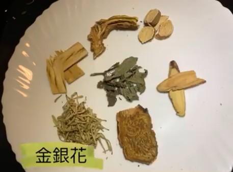 金銀花具有清熱解毒,疏散風熱的效果,特別是皮膚表面的熱