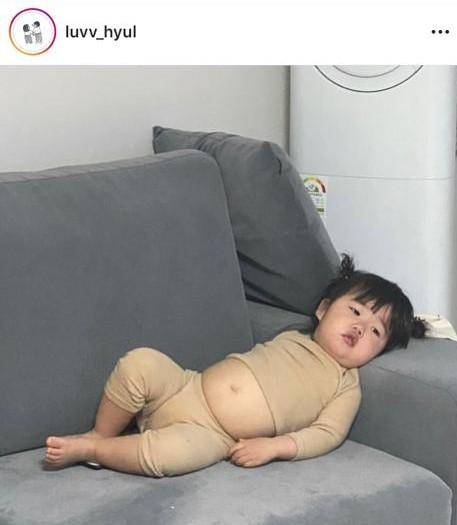 小妹妹的姿態有如下班回家累倒的大叔。