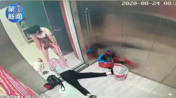 英勇媽媽置寶寶於一旁不顧進行搶救.